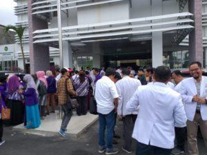 Puluhan Dokter Demo Kejari Pekanbaru Protes Koleganya Ditahan Kasus Korupsi