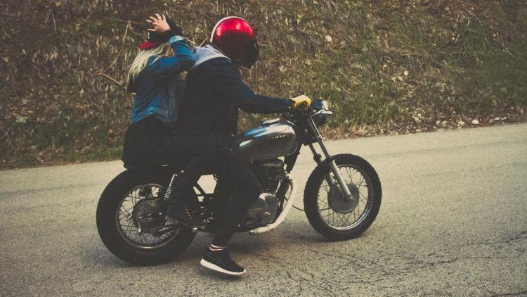 Naik Sepeda Motor Bareng Pacar
