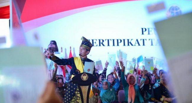 Presiden Joko Widodo Serahkan 6.000 Sertifikat Tanah di Riau