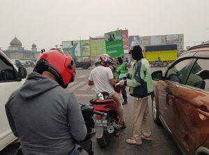 Kabut Asap Selimuti Kota, Mitra GOJEK Riau Inisiatif Bagikan Masker