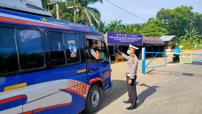 Polisi Pasang Portal Besi di Perbatasan Sumut-Riau Demi Cegah Mudik