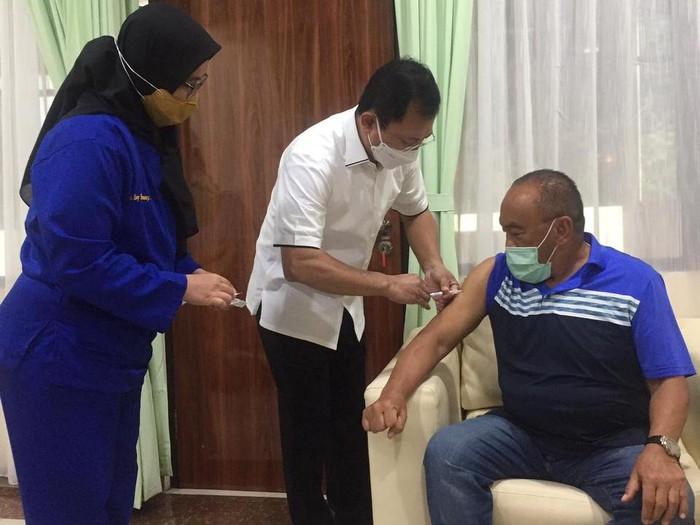Terawan Agus Putranto Suntikkan Vaksin Nusantara ke Aburizal Bakrie