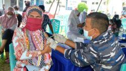TNI AL di Dumai Suntikan 100 Dosis Vaksin ke Tubuh Masyarakat